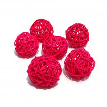 Красные шарики из ротанга