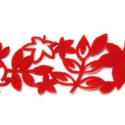 Лент из красного фетра с листочками