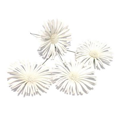 Белые головки хризантем из ткани