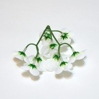 Белые искусственные цветы