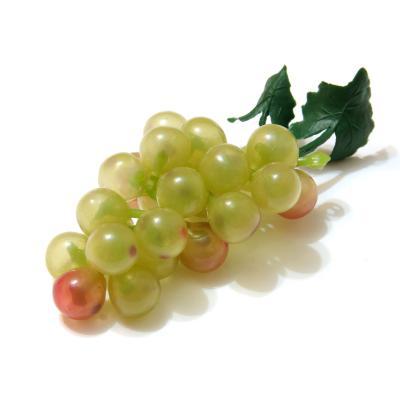 Зеленые грозди винограда